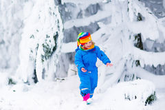 Bambina che gioca con la neve nell'inverno Immagini Stock Libere da Diritti