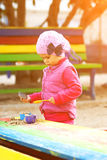Bambina che gioca con la sabbia Fotografia Stock Libera da Diritti