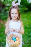 Bambina che gioca con le uova di Pasqua Immagini Stock