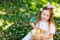 Bambina che gioca con le uova di Pasqua Immagini Stock Libere da Diritti