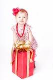 Bambina che gioca con una scatola di regalo Fotografia Stock