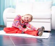 Bambina che gioca gli sport a casa immagini stock libere da diritti