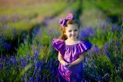 Bambina che gioca in natura al tramonto Fuoco selettivo e piccola profondità di campo immagine stock