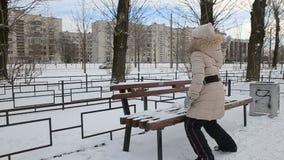 Bambina che gioca nel movimento lento delle palle di neve archivi video