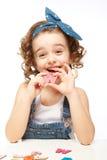Bambina che gioca nell'alfabeto. Mostra la lettera W. Immagine Stock