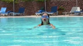 Bambina che gioca nella piscina stock footage