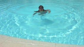 Bambina che gioca nella piscina archivi video