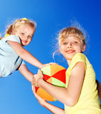 Bambina che gioca nella sosta. Fotografia Stock