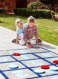 Bambina che gioca nella sosta. Immagini Stock Libere da Diritti