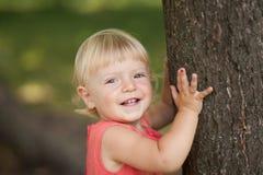 Bambina che gioca nella sosta Immagini Stock