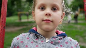 Bambina che gioca sul campo da giuoco stock footage