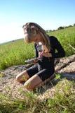 Bambina che gioca sul telefono Fotografia Stock