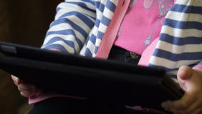 Bambina che gioca sulla compressa del computer stock footage