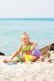Bambina che gioca sulla spiaggia Immagine Stock