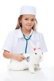 Bambina che gioca veterinario con il suo coniglio Fotografie Stock