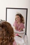 Bambina che giocano trucco e principessa leggiadramente immagine stock