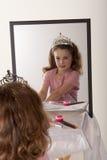 Bambina che giocano trucco e principessa leggiadramente fotografie stock