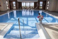 Bambina che gode della piscina all'interno Fotografia Stock Libera da Diritti