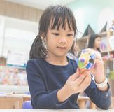 Bambina che gode della sua classe di arte della pittura Fotografie Stock