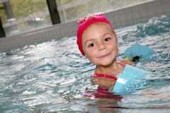 Bambina che gode nella piscina Fotografia Stock