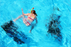 Bambina che guarda agli esercizi d'immersione Immagine Stock