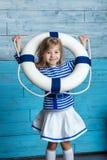 Bambina che guarda con un salvagente Fotografie Stock