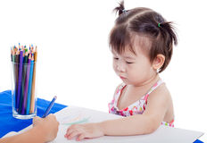 Bambina che guarda un altro disegno del bambino Fotografia Stock