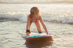 Bambina che guida un bordo di boogie Fotografia Stock