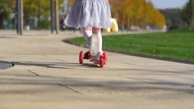 Bambina che guida un motorino archivi video