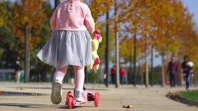 Bambina che guida un motorino stock footage