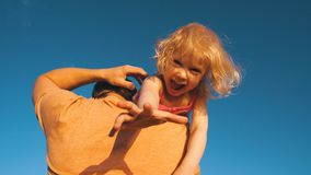 Bambina che imbroglia intorno sulle mie mani del ` s del papà archivi video