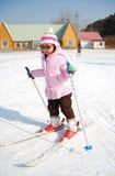 Bambina che impara corsa con gli sci Fotografie Stock Libere da Diritti
