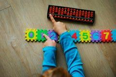 Bambina che impara i numeri, aritmetica mentale, abaco fotografia stock libera da diritti