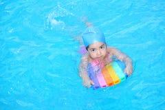 Bambina che impara nuotare Fotografie Stock Libere da Diritti