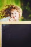 Bambina che indica dito alla lavagna Concetto educativo Immagine Stock Libera da Diritti