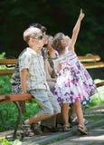 Bambina che indica in su Immagine Stock