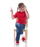 Bambina che indossa maglietta rossa e vetro che indicano da qualche parte Fotografie Stock