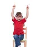 Bambina che indossa maglietta rossa e vetro che indicano da qualche parte Fotografia Stock
