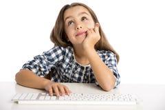 Bambina che lavora con un computer Fotografia Stock Libera da Diritti