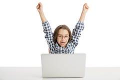 Bambina che lavora con un computer portatile Immagini Stock Libere da Diritti