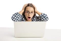 Bambina che lavora con un computer portatile Fotografia Stock
