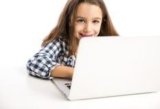 Bambina che lavora con un computer portatile Immagine Stock Libera da Diritti