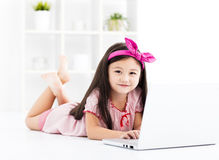 Bambina che lavora con un computer portatile Fotografia Stock Libera da Diritti