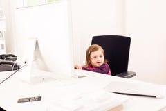 Bambina che lavora nell'ufficio Immagini Stock Libere da Diritti