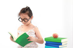 Bambina che legge il libro Fotografia Stock Libera da Diritti