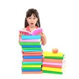 Bambina che legge il libro Fotografie Stock Libere da Diritti