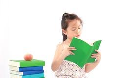 Bambina che legge il libro Immagine Stock