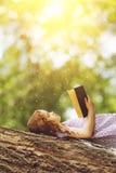 Bambina che legge la bibbia Immagini Stock Libere da Diritti