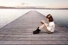Bambina che legge un libro Immagini Stock Libere da Diritti