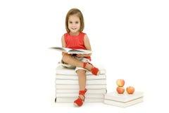 Bambina che legge un libro Immagine Stock